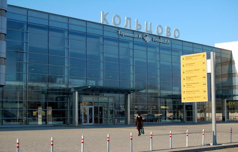 Вход в терминал а здание аэропорта кольцово, город екатеринбург кекяляйнен андрей / фотобанк лори
